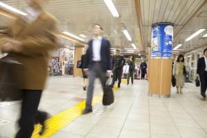 駅構内を歩く画像