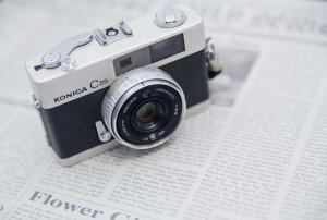 調査事例用のカメラと新聞の写真